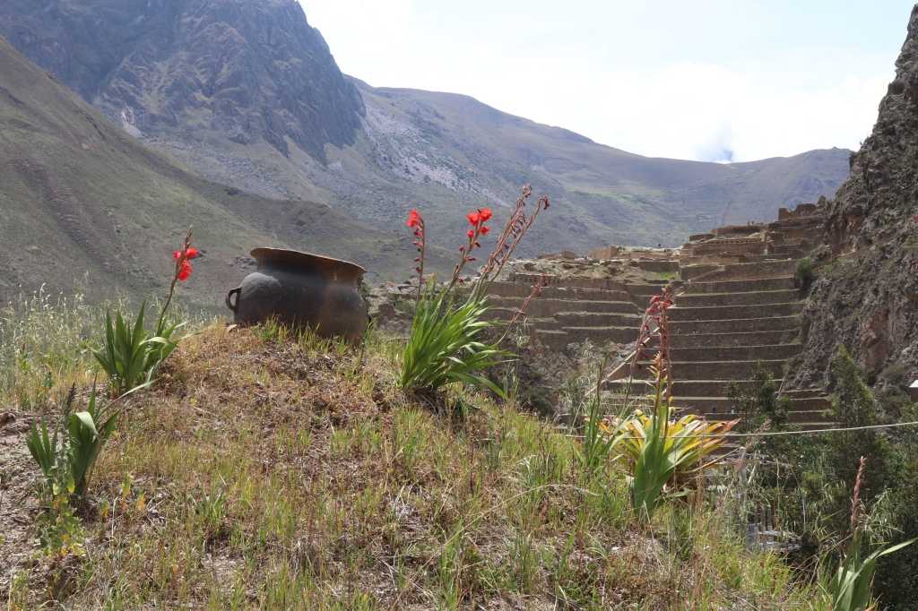 Pots, ruins and mountains in Ollantaytambo